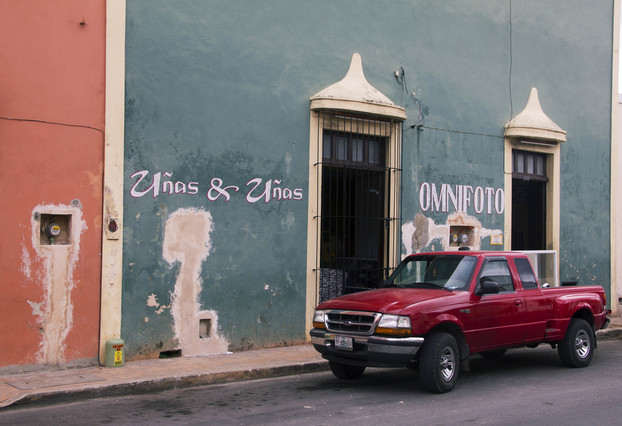 punane auto ja sinine sein