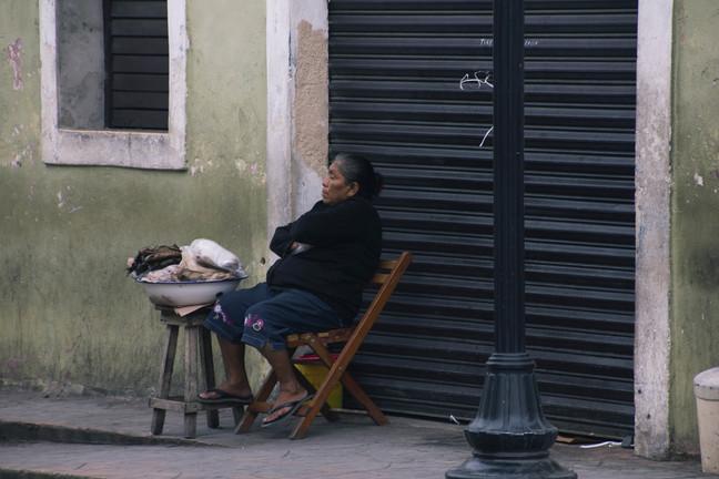 naine istub ja ootab