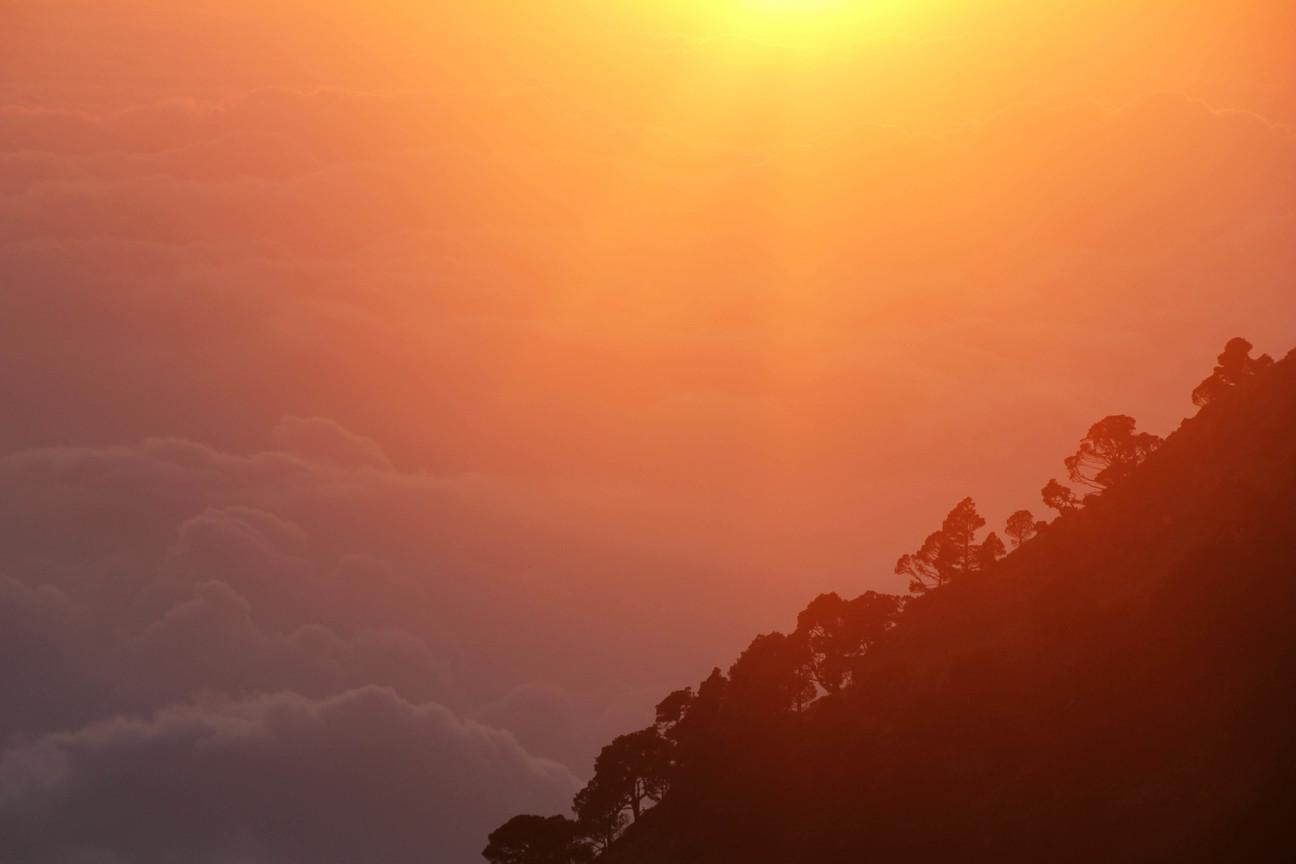 päike loojub mägedes