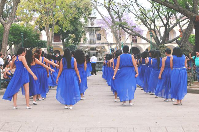 sinistes kleitides tüdrukud