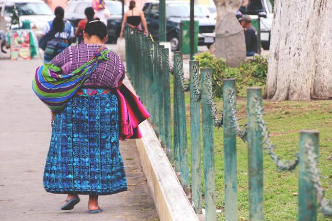 kohalikud tänaval jalutamas