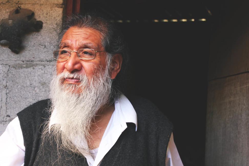 vana mees pika habemega