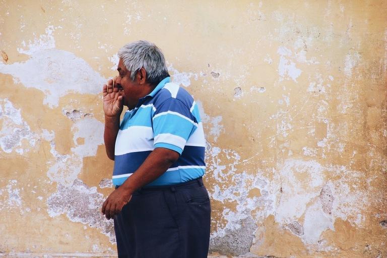 mees seina ääres