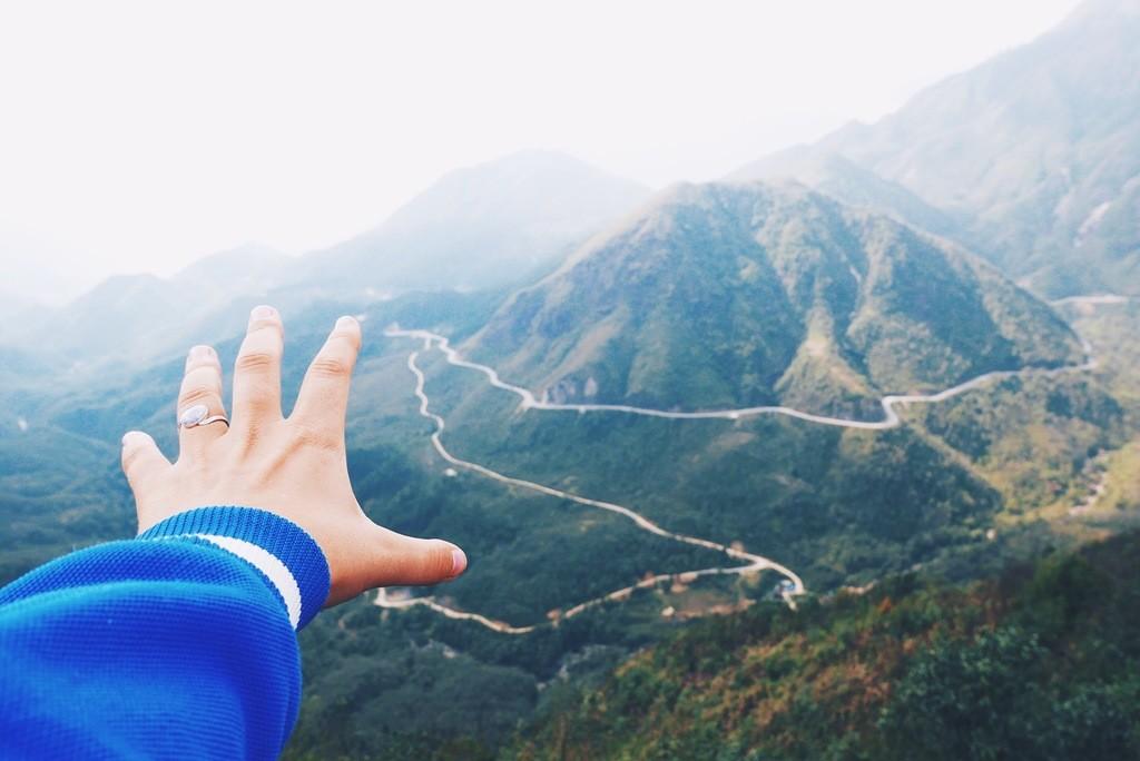 väljasirutatud käsi ja loodus