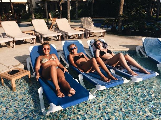 naised basseini ääres