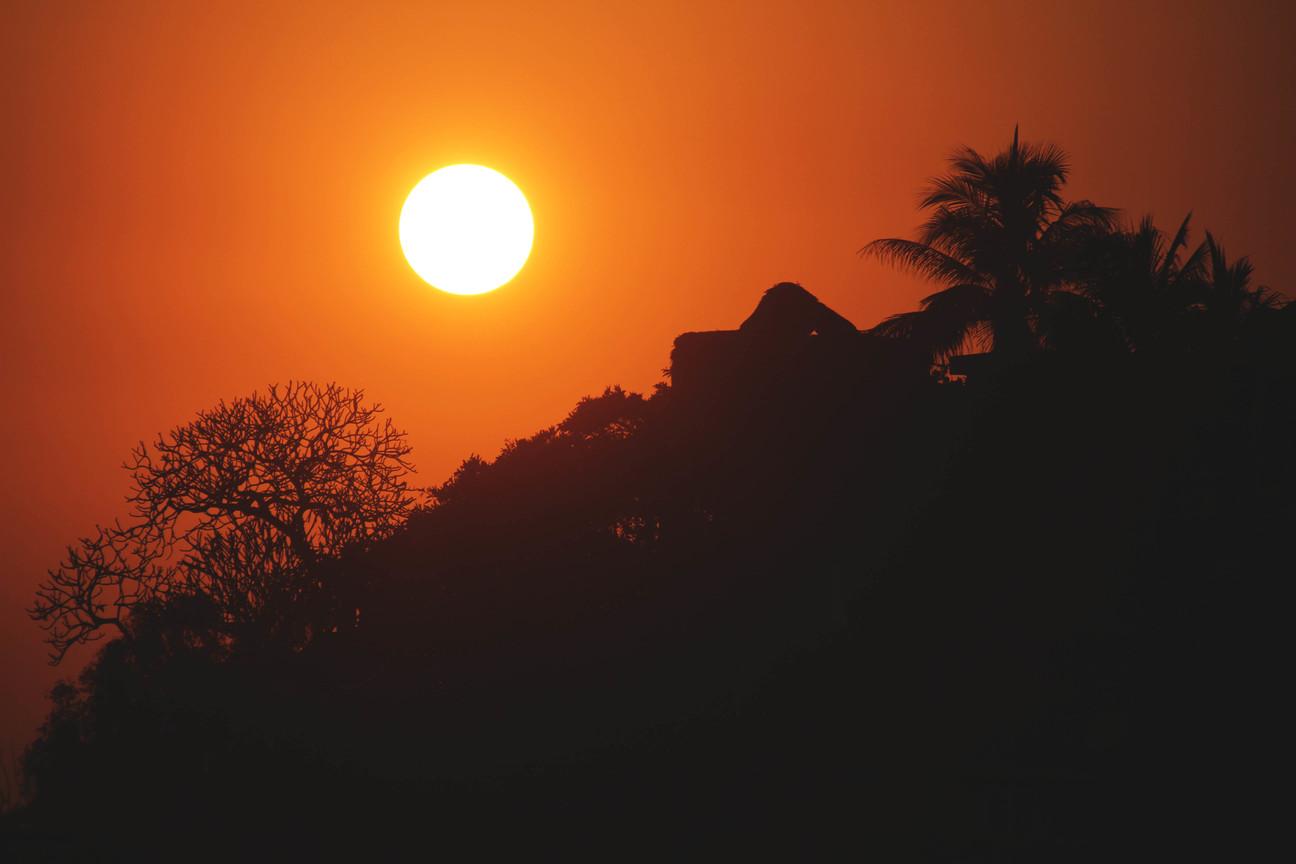 rannas päikeseloojangut vaatamas