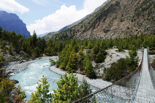 sinise veega jõgi