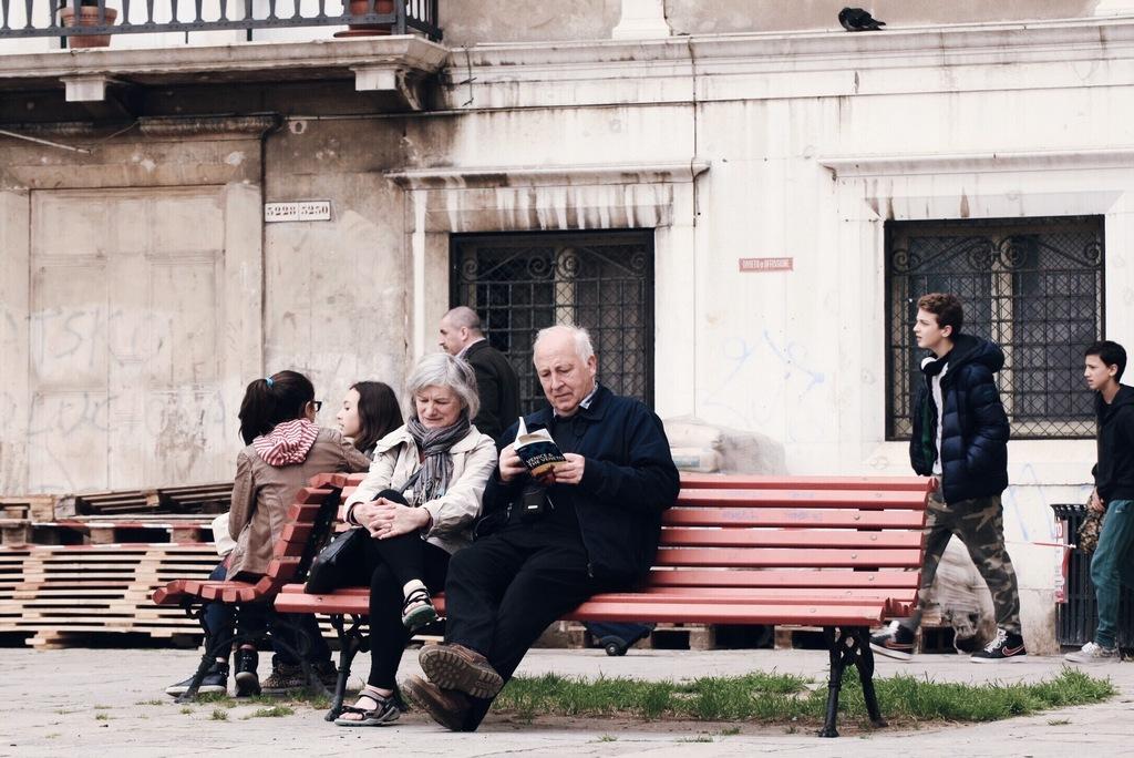 vanapaar istub pingil