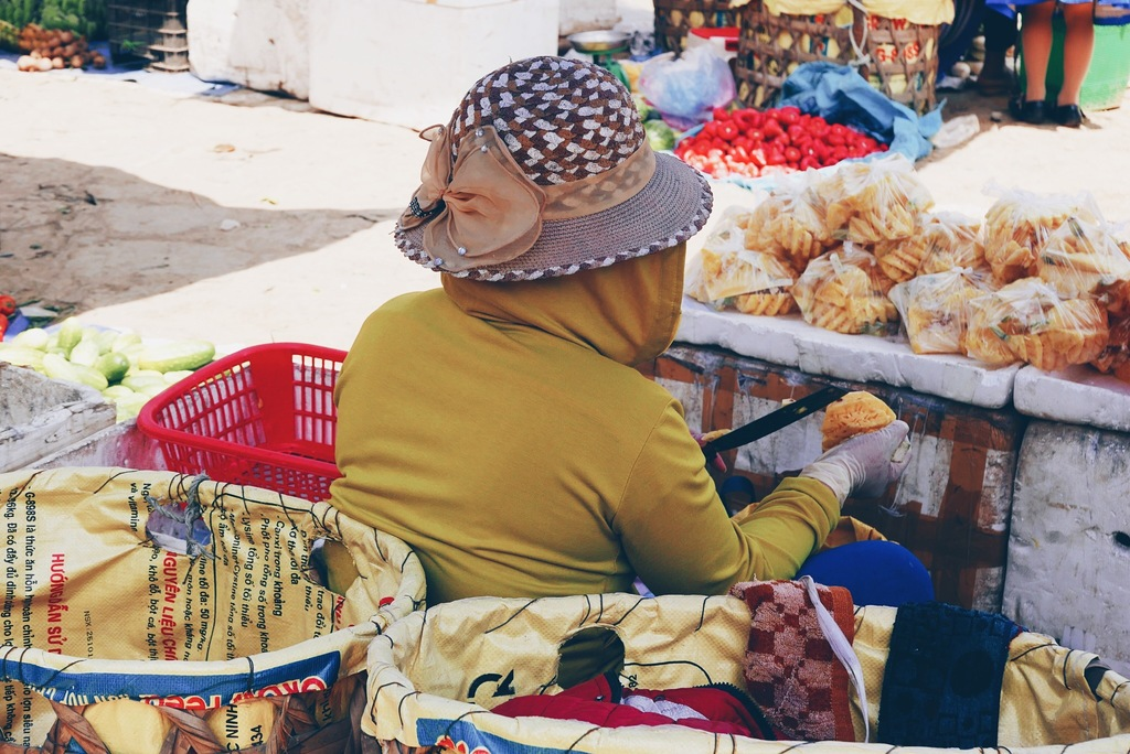 naine lõikab ananassi